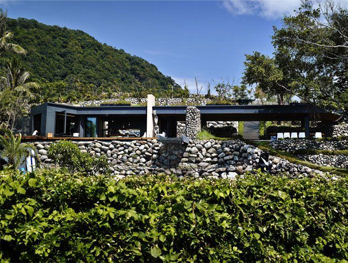 Designhaus Wohnidee Natur Stein Holz Pazifik Steinwand