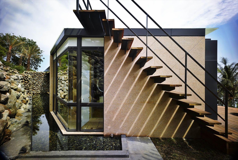 Designhaus Wohnidee Natur Stein Holz Pazifik Wasser Außentreppen Interieur