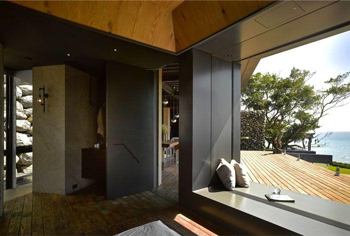 Designhaus Wohnidee Natur Stein Holz Pazifik grafitfarben Panoramafenster