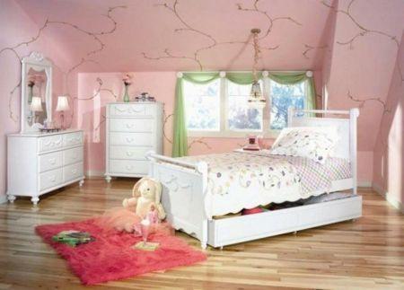 Die Grundfarbe eines Kinderzimmers sollte neutral, hell und warm sein.