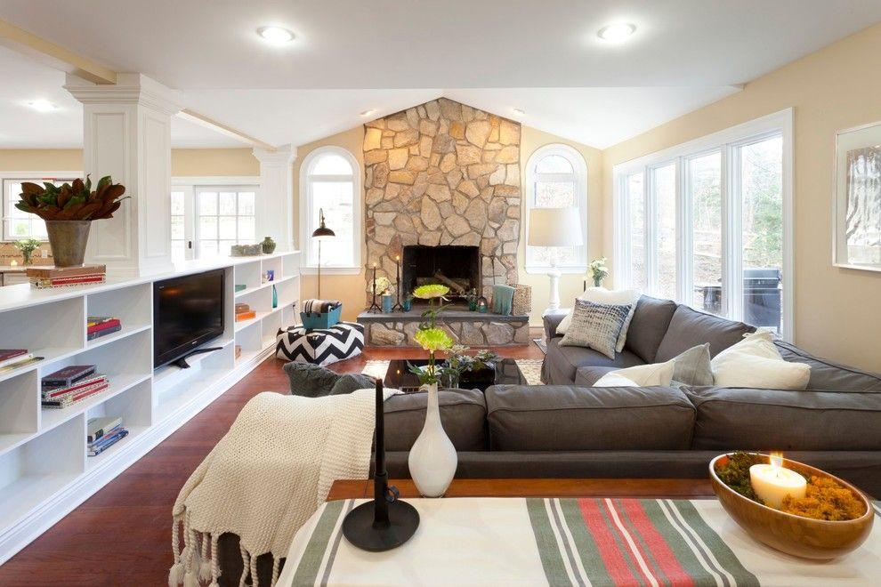 Das Sofa bietet schönen Ausblick zum Fernseher und Kamin an