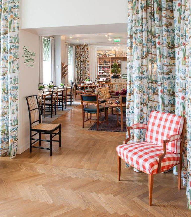 Frühling Dekoideen Innendesign selbstdekorieren Holzboden Polsterstuhl Vorhang Esszimmer