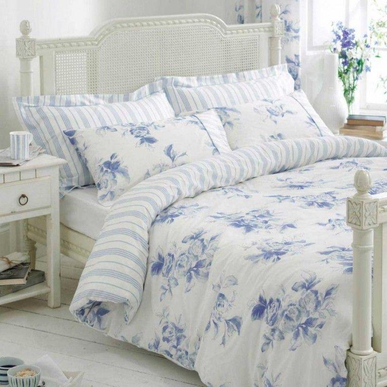Frühling Dekoideen Innendesign selbstdekorieren Schlafzimmer Bettwäsche dezente Motive weiß blau Rattanmöbel Rattanbett