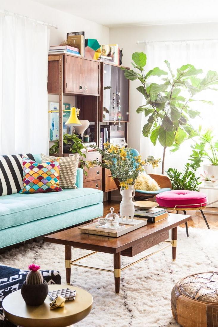 Frühling Dekoideen Innendesign selbstdekorieren Wohnzimmer Kaffeetisch Sofa Zierpflanze Kaktee Blumenstraus