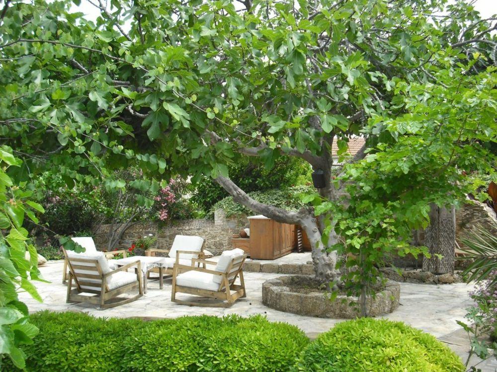 Gartenmöbel aus Holz für den Feng Shui Garten