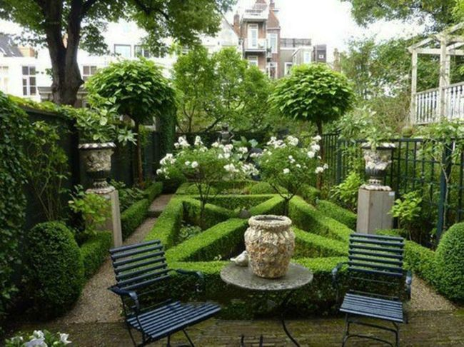 Gerade verlaufende Hecken unterteilen den Garten in unterschiedlichen Bereichen
