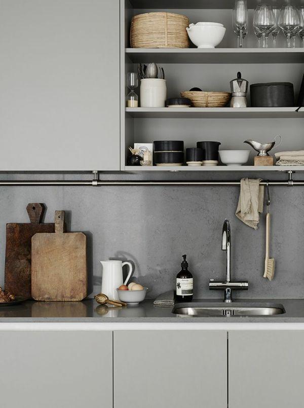Geschirr aus Porzellan ist eine passende Dekoration für jede Küche