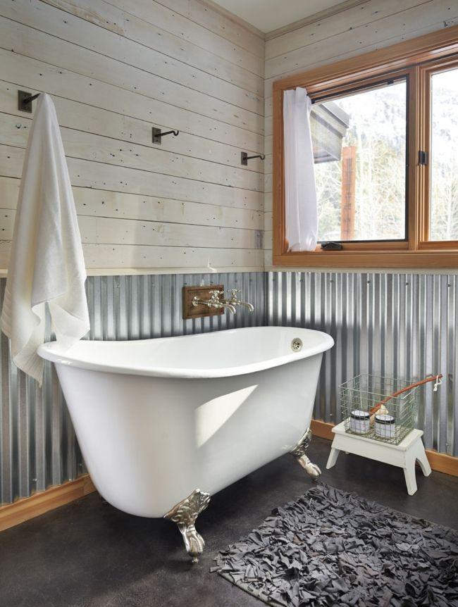 Haken anhängen Tücher Teppich grau Badewanne Metallverkleidung Fensterrahmen Holz