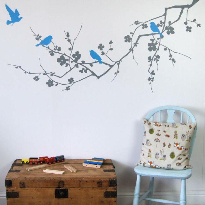 Im Kinderzimmer machen Vogelmotive auf der Wand gute Laune