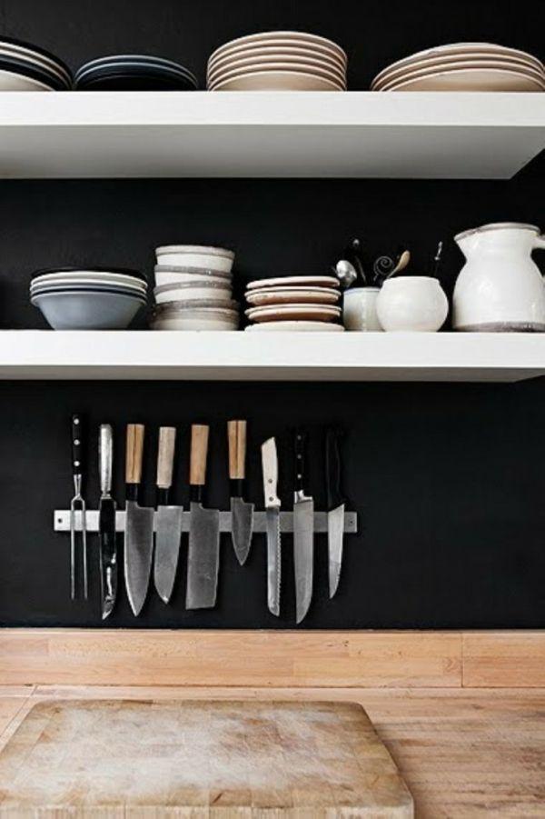 In offenen Regalen sollte man vor allem Geschirr aufbewahren, das regelmäßig benutzt wird