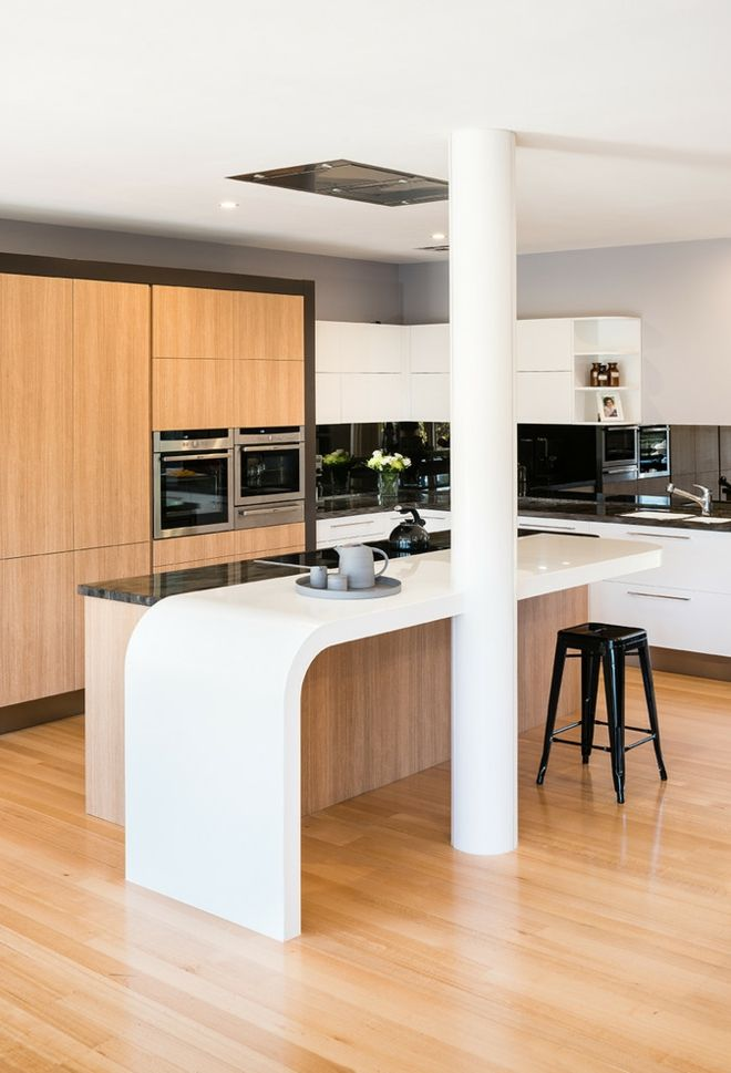 Küche Einrichtung kurvig Echtholz Säule weiß stilvoll