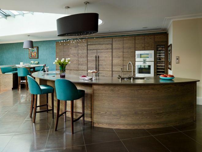Küche Einrichtung kurvig Holz Fiesen Polstersessel Designerleuchte