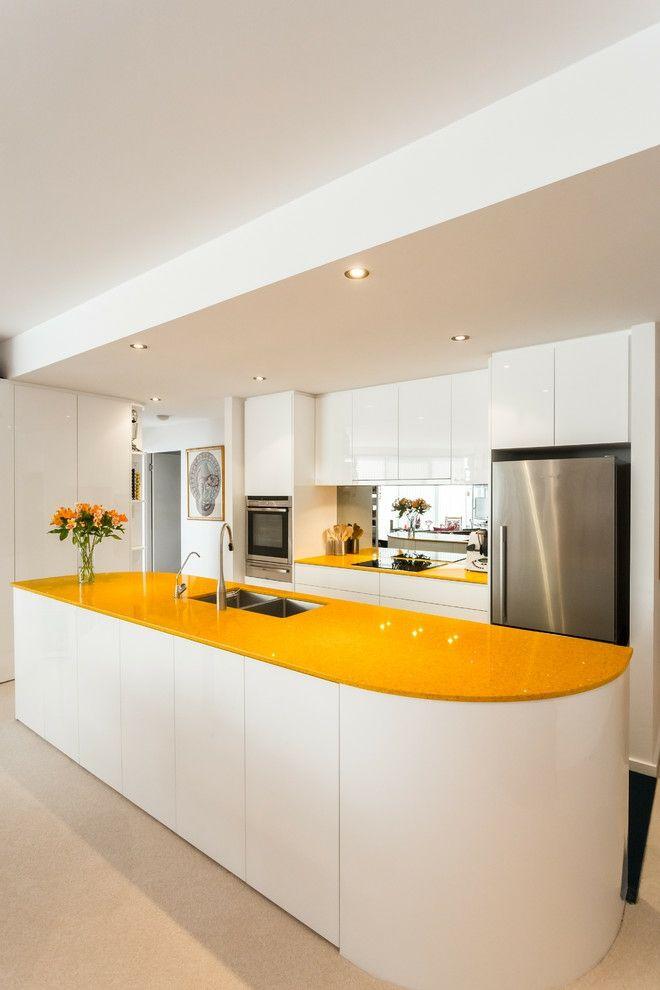 Küche Einrichtung kurvig Insel weiß sonnig Gelb glatt