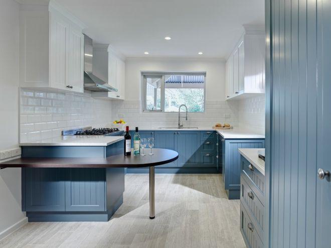 Küche Einrichtung kurvig blau weiß
