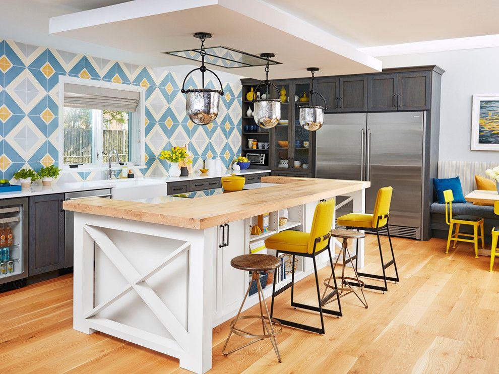 Küche Interieur Design Fliesenspiegel blau gelb Barhocker Insel