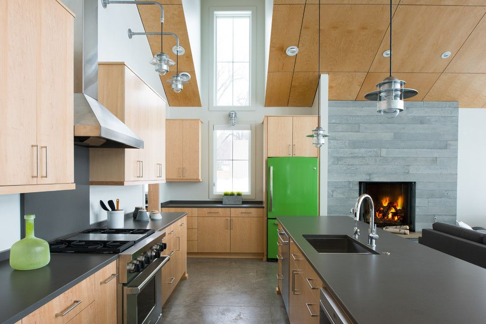 Küche Interieur Design Holzmäbel Kühlschrank grün Hängeleuchte