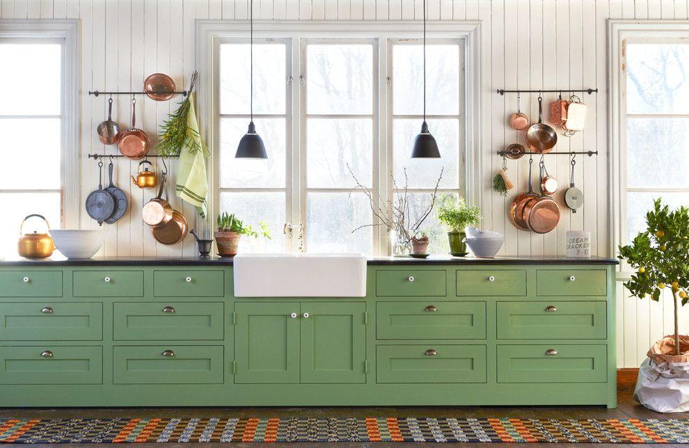 Küche Interieur Design grün Küchenschrank Hängeleuchte Kupfer Geschirr
