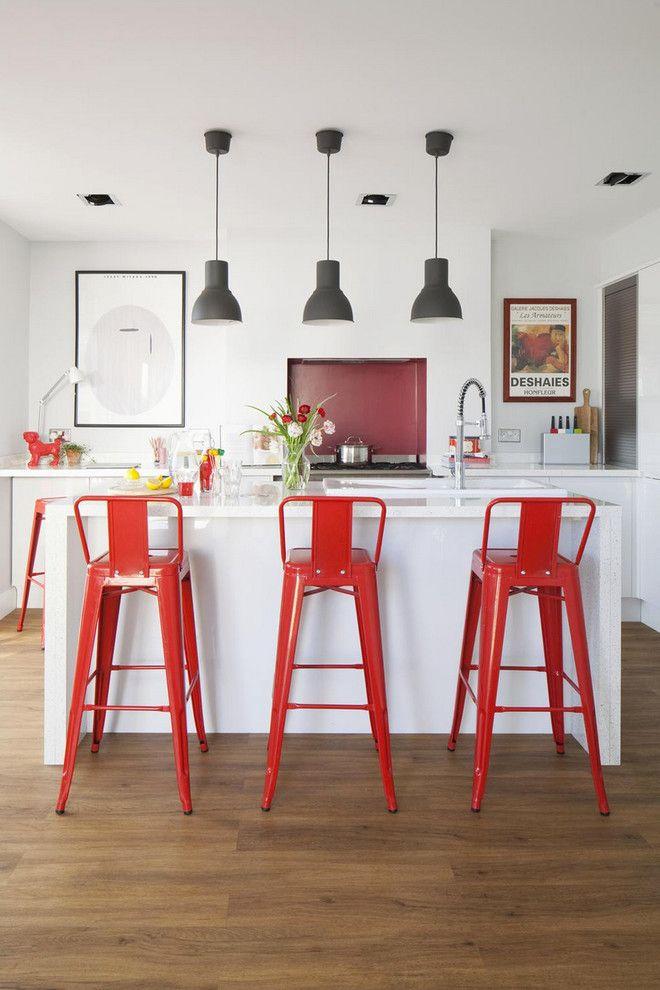 Küche Interieur Design weiß rot Barhocker Pendelleuchte Holzboden