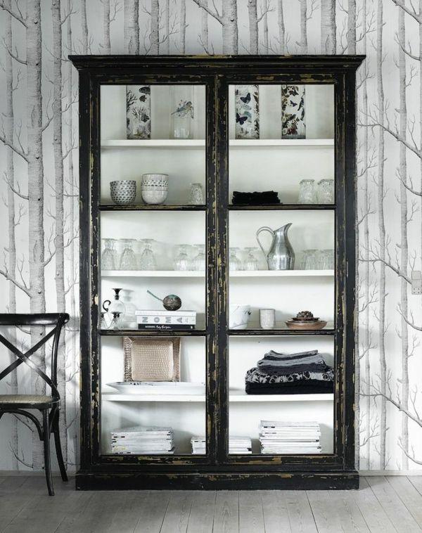 Küchenschrank mit Glasvitrne für das Geschirr aus Glas und Porzelan