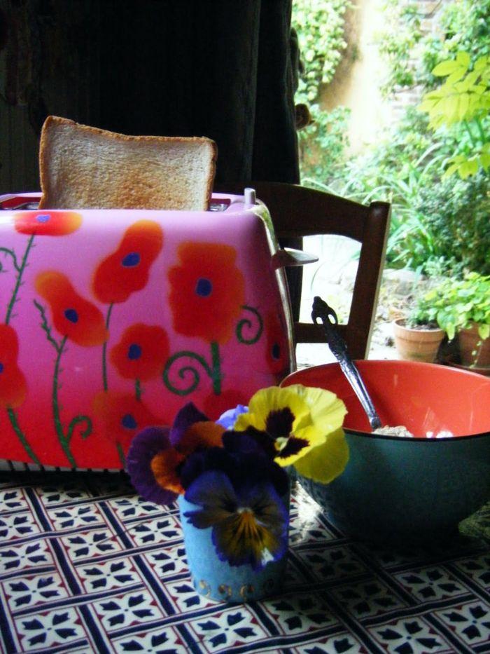 Küchentisch schön dekoriert mit Stiefmütterchen