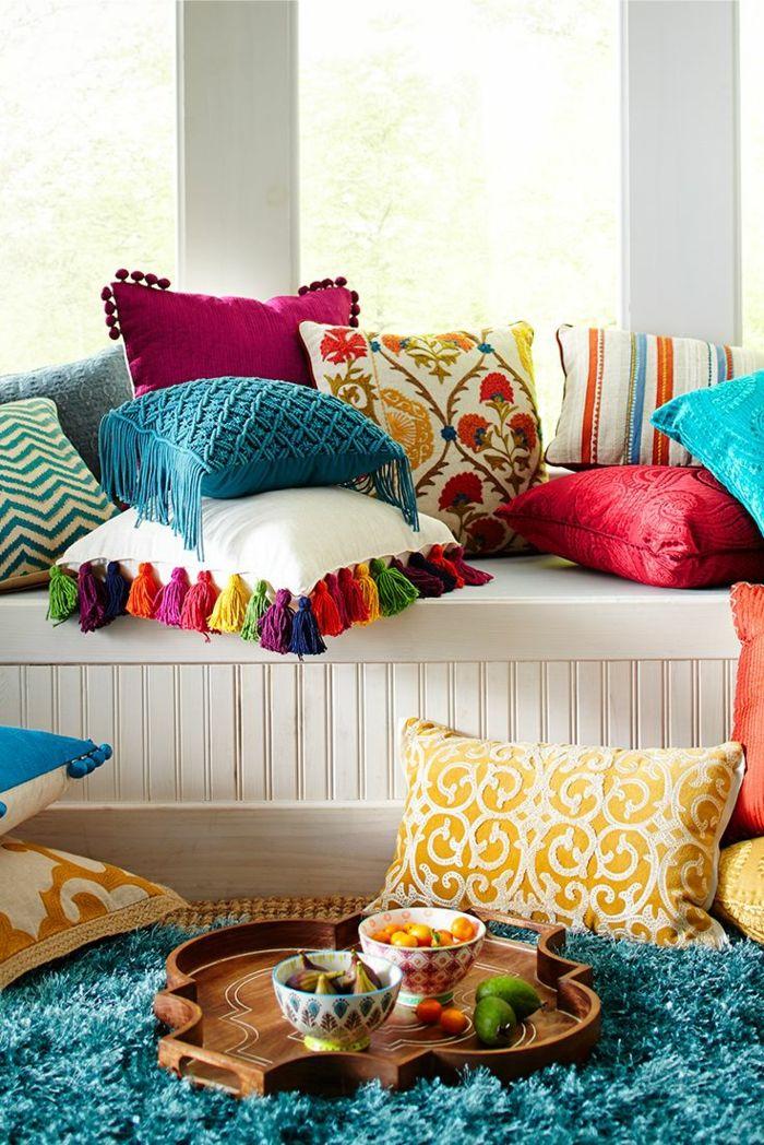 Konfetti farbigen Accessoires wie Dekokissen und Teppiche sorgen für Übermut und gute Laune