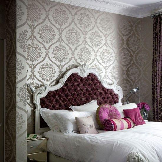 Ein prächtiges Schlafzimmer mit Flocktapeten