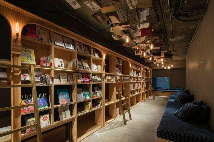 Modern Design Hostel Tokio Buch inovativ Bibliotek navy-blau Bücherregal Polstersofa Polsterkissen