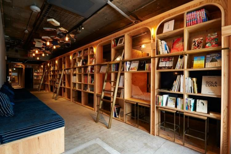 Modern Design Hostel Tokio Buch inovativ Bibliotek navy-blau Bücherregal