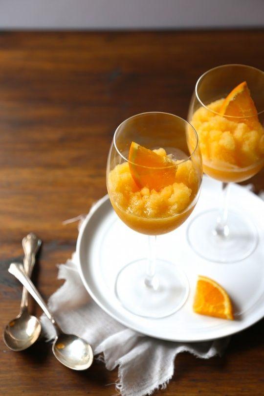 Jedes Slushy garnieren Sie mit ein paar Obststücken.