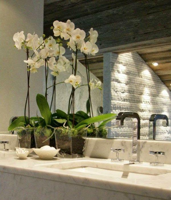 Orchideen unterstreichen die Schönheit der Dekoration im Badezimmer.