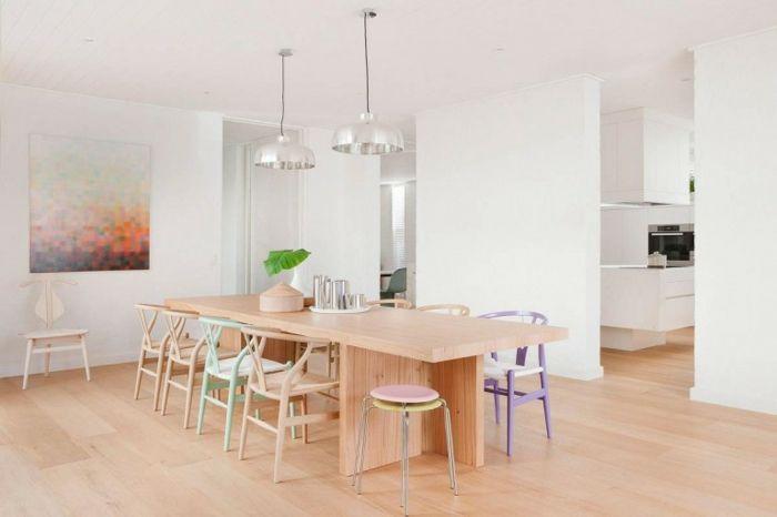 Pastelltöne Farbgestaltung Inneneinrichtung Esszimmer Sitzmöbel Holzoptik Gemälde