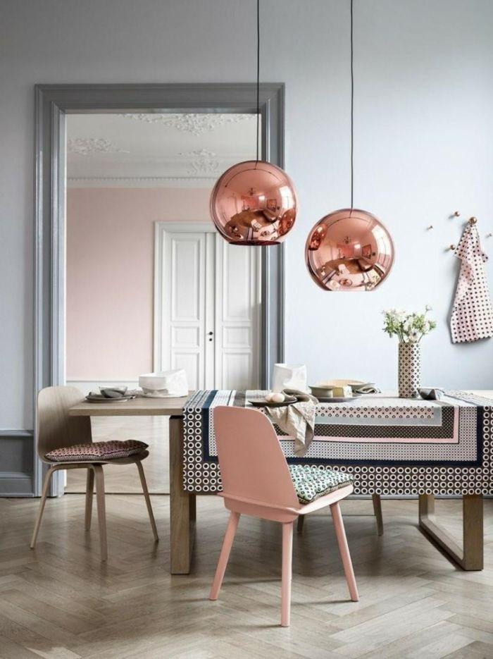 Pastelltöne Farbgestaltung Inneneinrichtung Pendelleuchte Kupfer Tischdecke grau Holzboden