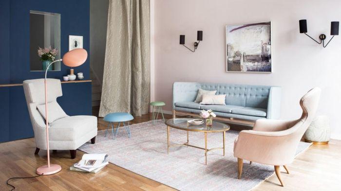 Pastelltöne Farbgestaltung Inneneinrichtung Wohnzimmer Wandleuchte schwarz dunkel blau Ohrensessel Polstersofa