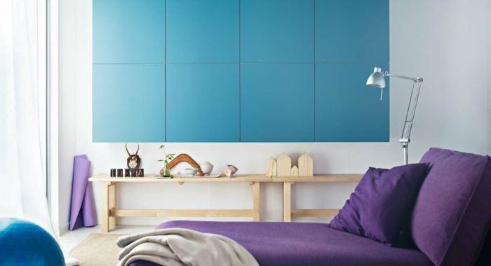 Pastelltöne Farbgestaltung Inneneinrichtung lila blau Stehelampe Klassiker Holzregal