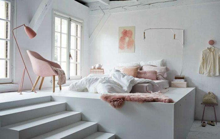 Pastelltöne Farbgestaltung Inneneinrichtung weiß rosa Klassiker Design Stehlampe Polstersessel