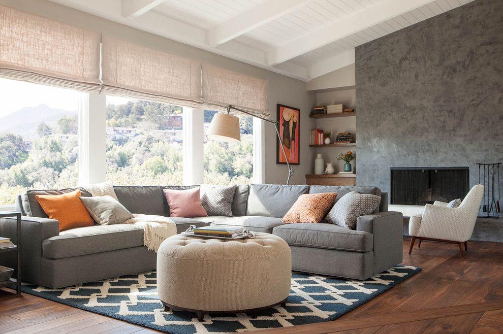 Kombinieren Sie das Sofa mit einem trendigen Polstertisch