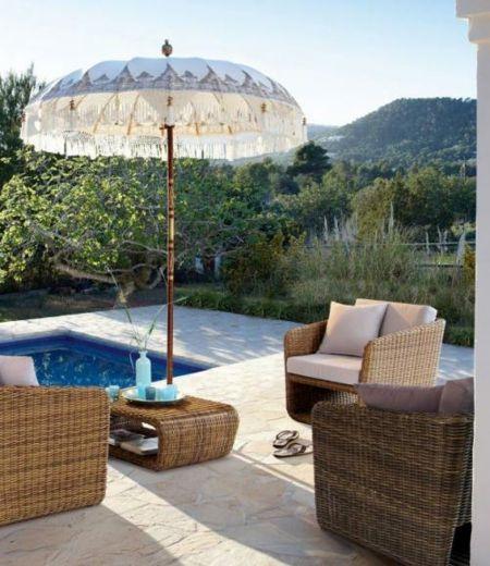 Am Pool empfehlen wir Ihnen Sitzmöbel mit Rattan-Look