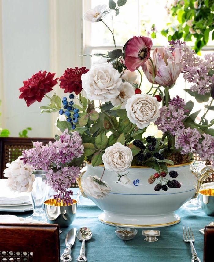 Ranunkeln passen als Deko in der Vase zu zahlreichen anderen Blumen