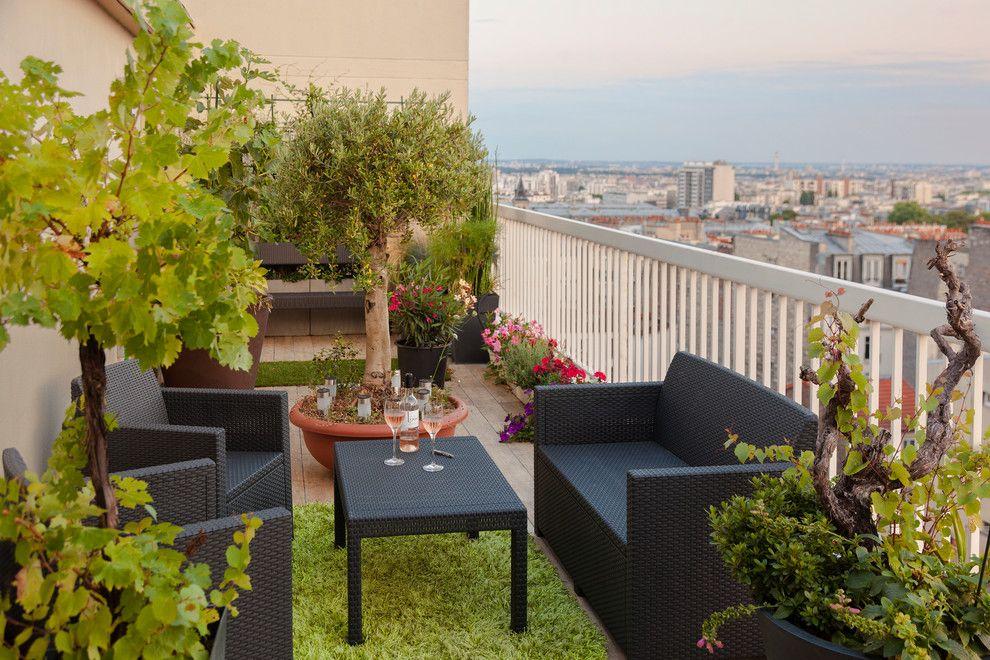 Der Balkon mit Topfpflanzen und Grasteppich in einen schönen Garten verwandeln