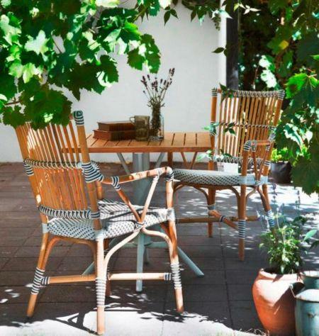 Rattanstühle Garten Sommer Außenbereich gestalten Grüne
