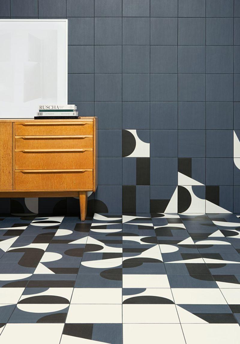 Mit geometrischen Formen auf dem Boden und an der Wand spielen
