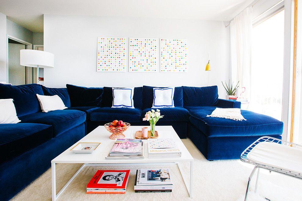 Ein dunkelblaues Sofa ist der edle Akzent im Raum