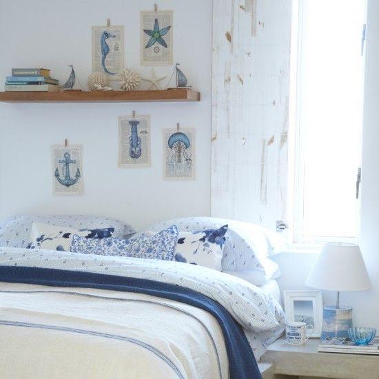 Eine wohnliche und gemütliche Atmosphäre in Weiß und Blau erstellen