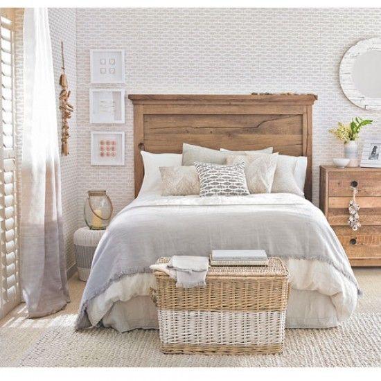Gemütliches Schlafzimmer mit romantischen Deko Elementen vom Meer.