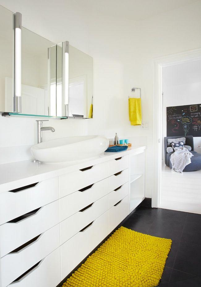 Schubladen Waschbecken Badezimmer Spiegel Teppich gelb