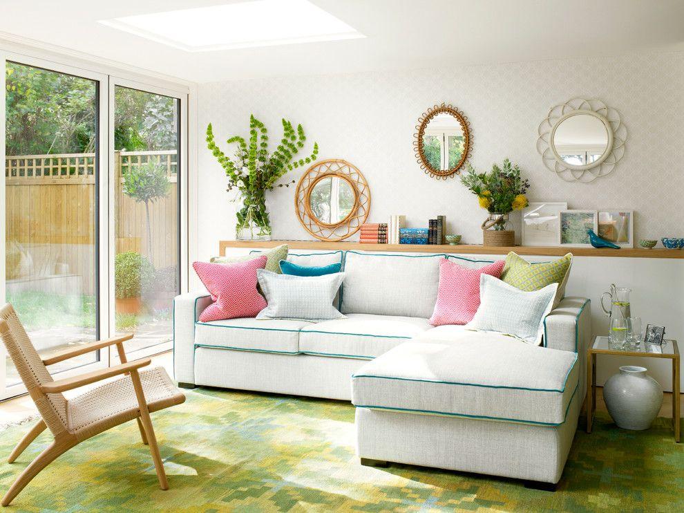 Ein Sofa macht den Raum gemütlicher, ein paar Deko Kissen drauf – noch mehr