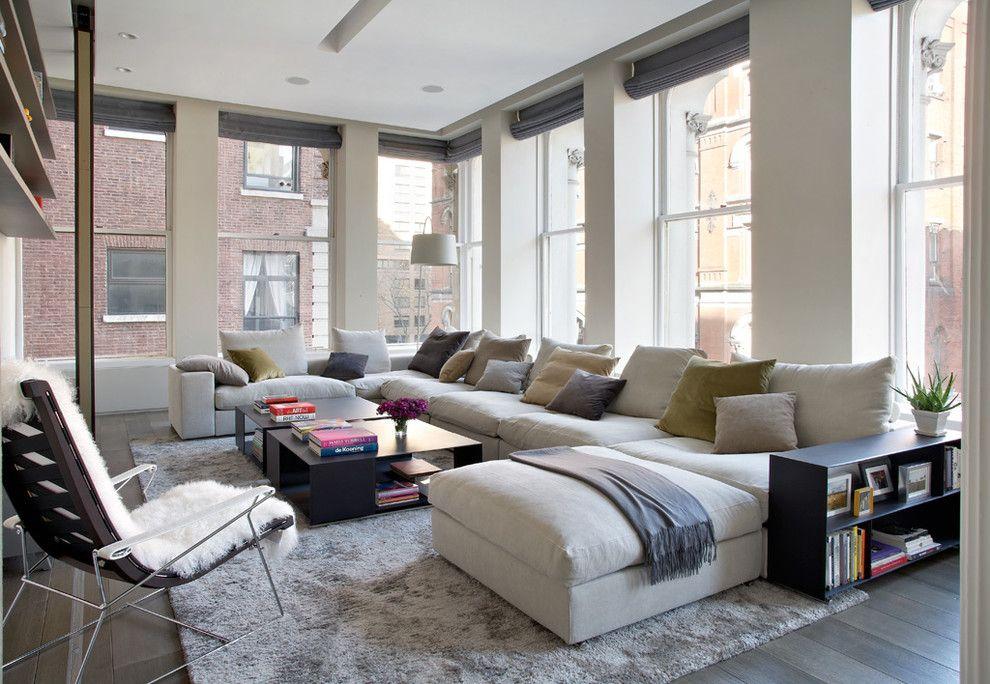 Das Sofa wirkt gemütlich in der modern eingerichteten Wohnung
