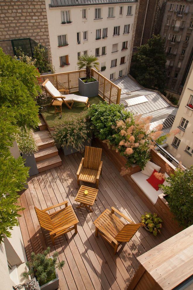 Eine Traumterrasse mit vielen Pflanzen in Holz-Look