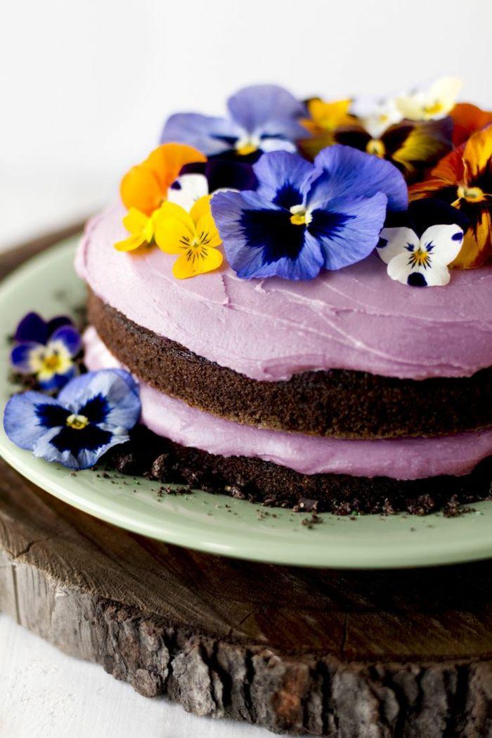 Stiefmütterchen sind eine ausgefallene Dekoration für Desserts und Kuchen