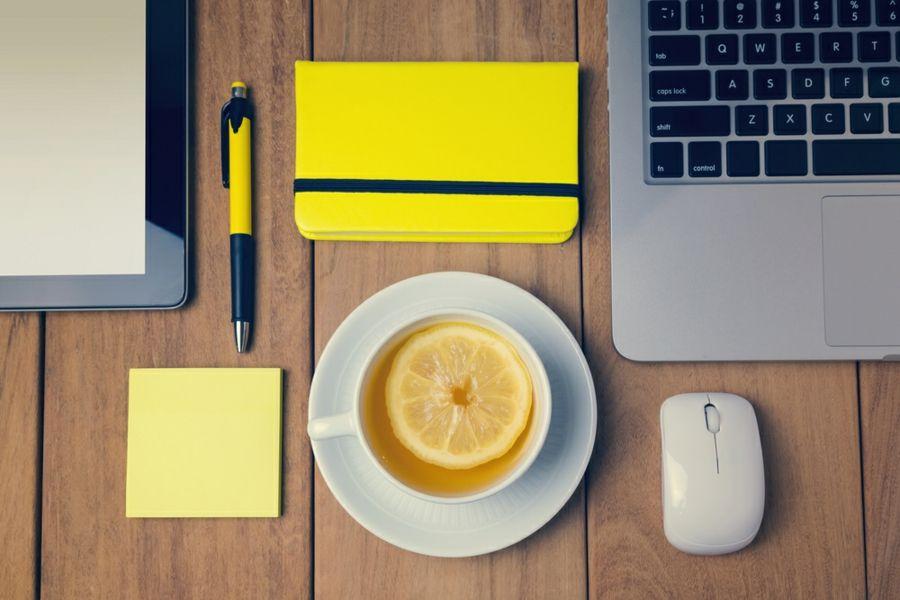 Die Zitrone im Tee wirkt erfrischend